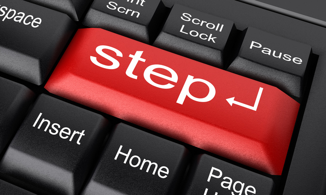 キーボード上に「step」の文字があるボタン
