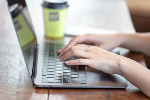 パソコンでアフィリエイトサイトを作っているイメージ