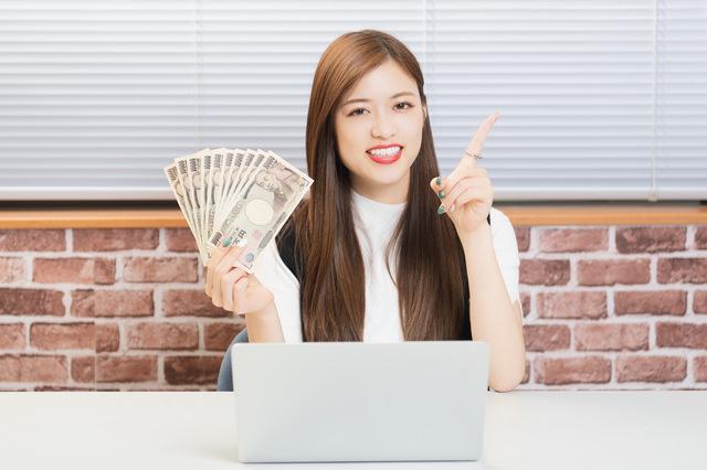 アフィリエイトで稼いでいる女性をイメージ
