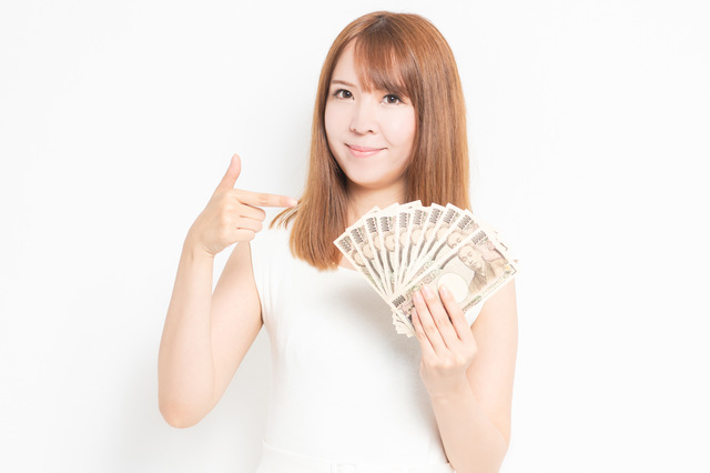 手に持った大金を示す女性