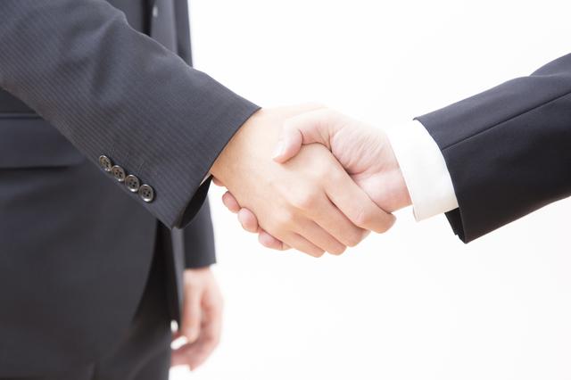 「成約」のイメージで握手を交わす画像